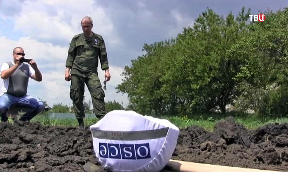Представитель миобороны ДНР Эдуард Басурин и эксперты ОБСЕ на месте обстрела