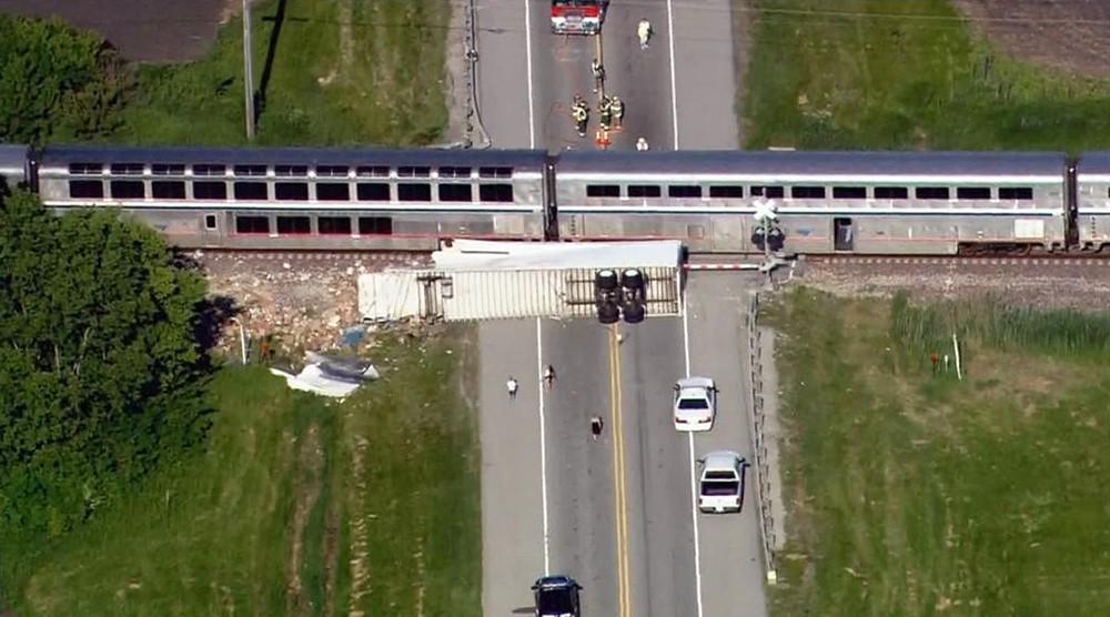 Последствия столкновения поезда с грузовиком в США