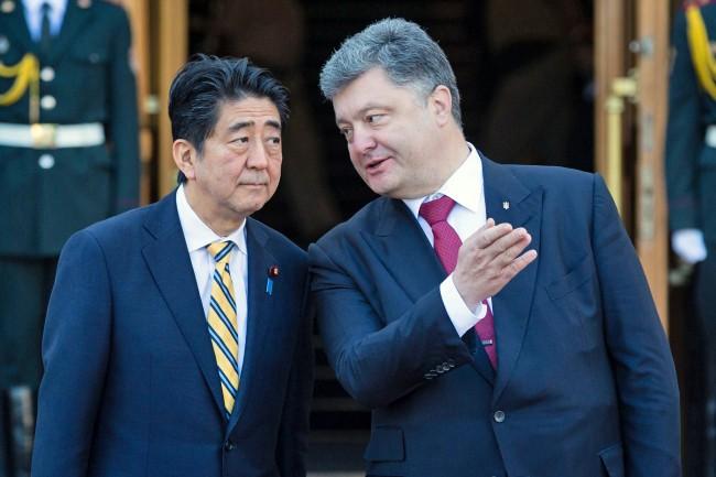 Премьер-министр Японии Сидзе Абэ и президент Украины Пётр Порошенко