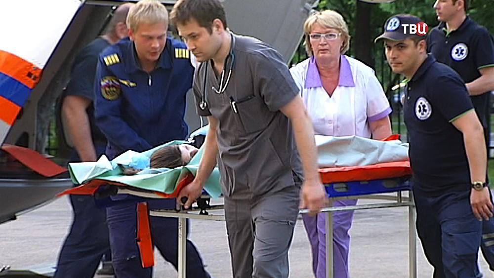 Эвакуация пострадавших при взрыве в детском лагере
