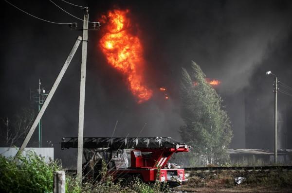 Автомобиль пожарной службы на территории нефтебазы