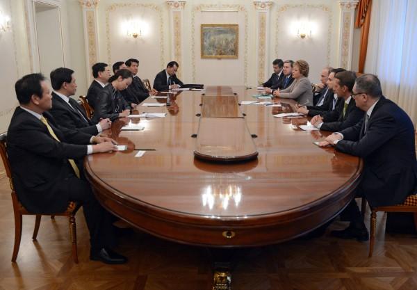 Президент России Владимир Путин во время переговоров с главой парламента Китая Чжаном Дэцзяном