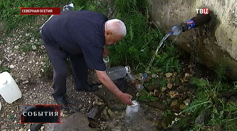 Житель Северной Осетии набирает воду