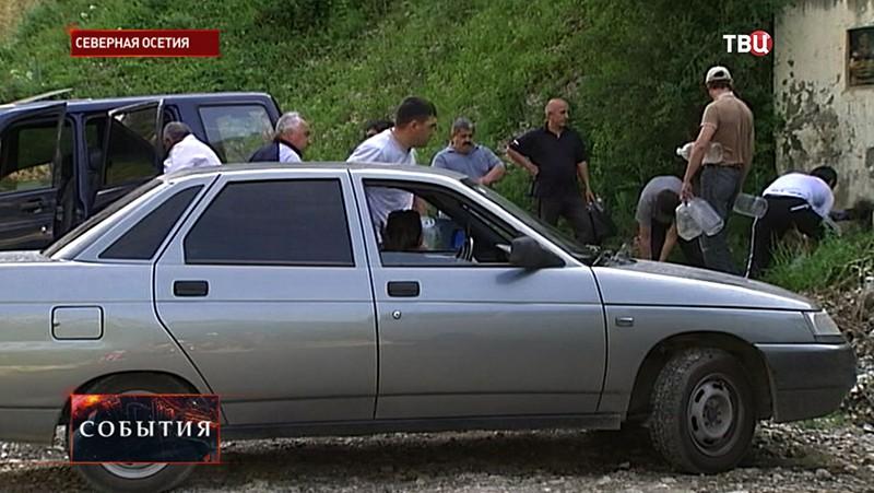 Жители Северной Осетии набирают воду