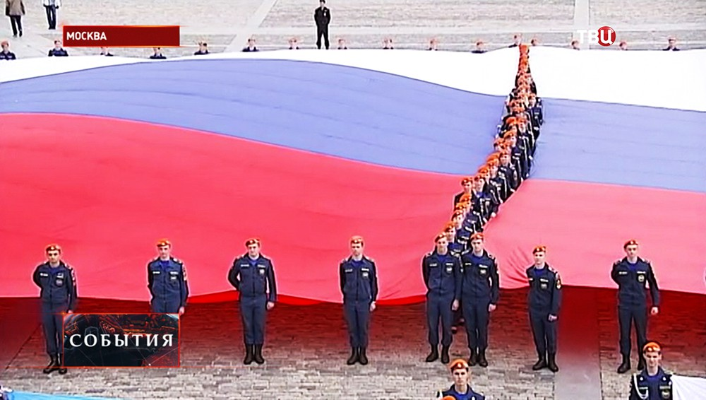 Самый большой в истории флаг России