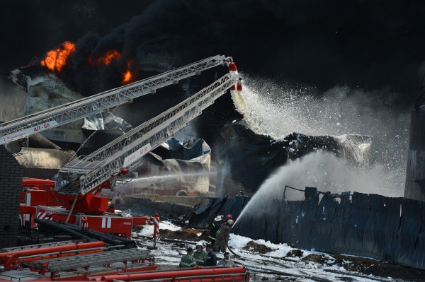 Сотрудники МЧС Украины тушат пожар на территории нефтебазы
