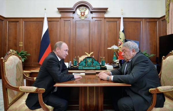 Президент России Владимир Путин и президент Российской академии наук Владимир Фортов во время встречи