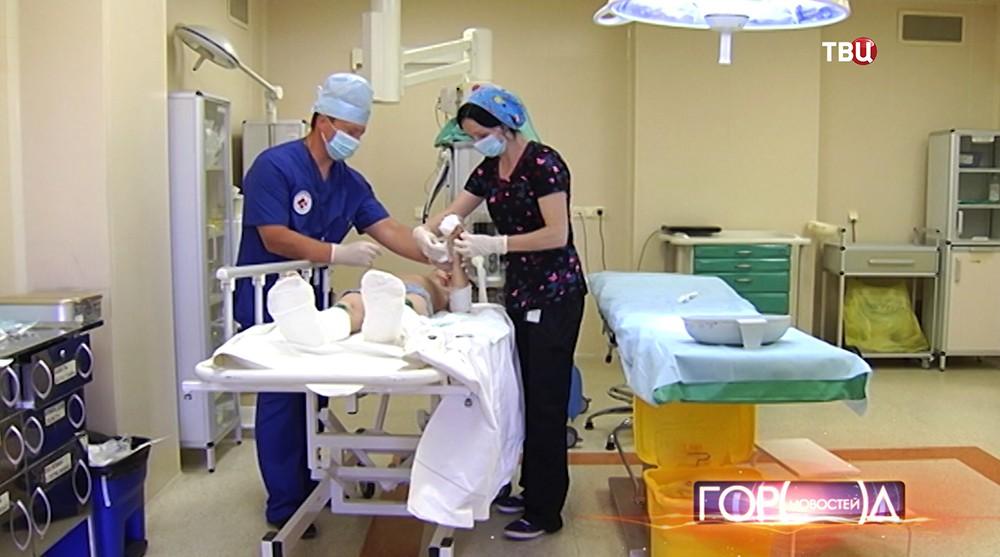 Врачи осматривают пациента