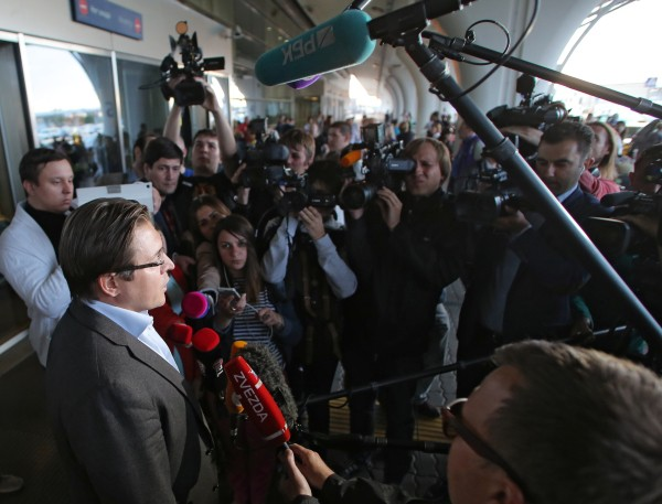 Адвокат Александр Карабанов (слева на первом плане) общается с журналистами в аэропорту Внуково
