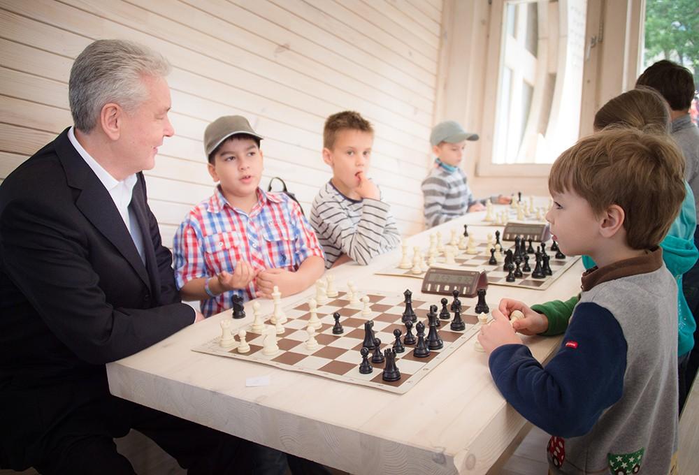 Сергей Собянин во время посещения шахматного клуба на ВДНХ