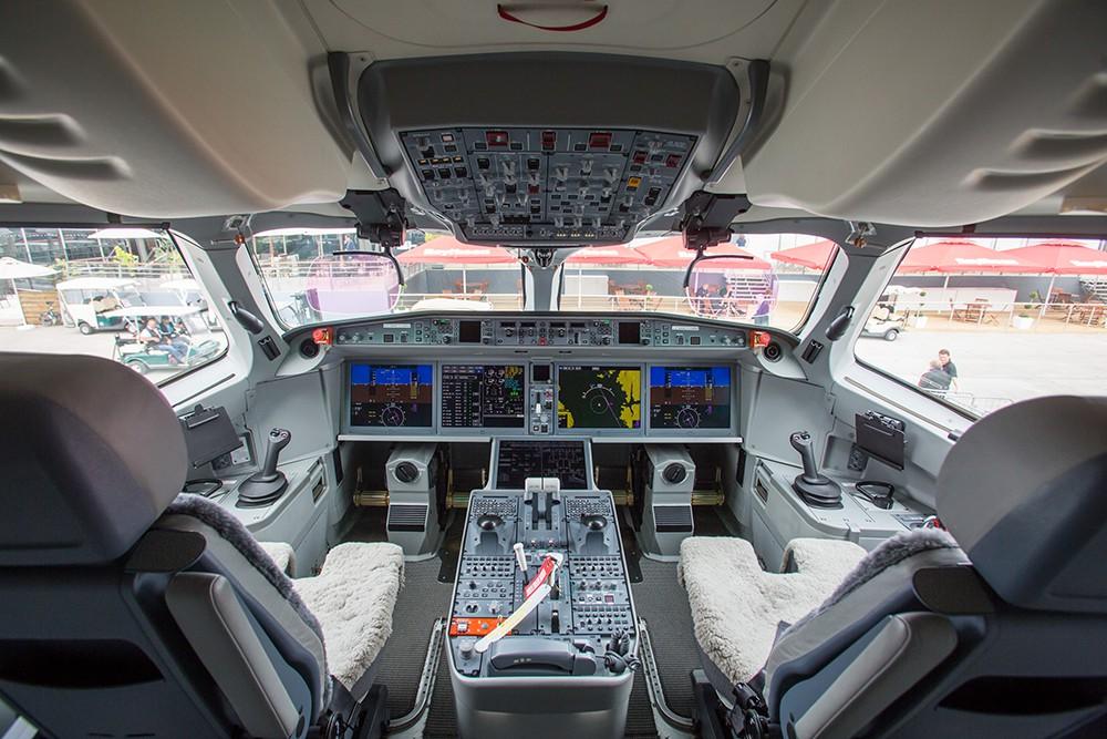 Кабина самолёта на международном авиакосмическом салоне в Ле Бурже