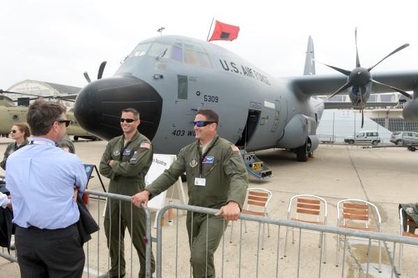 Метеорологический американский самолет WC-130J на международном авиакосмическом салоне в Ле Бурже