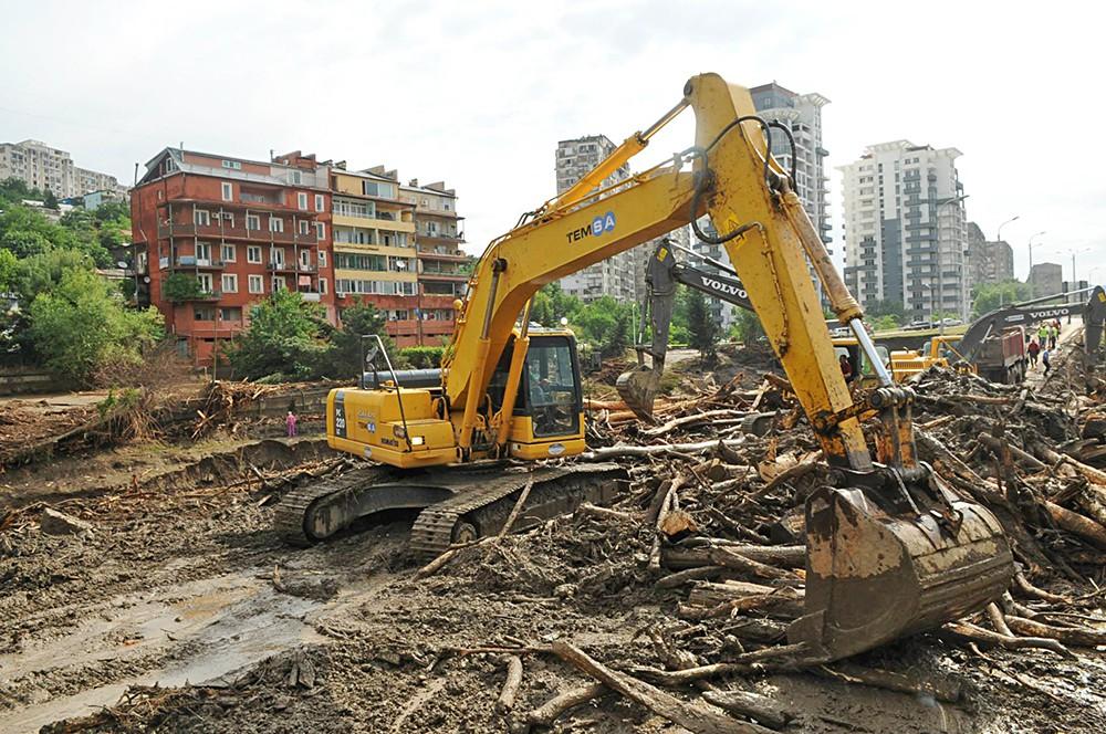 Восстановительные работы на месте наводнения в Тбилиси