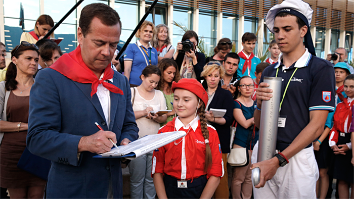 """Дмитрий Медведев посетил международный детский центр """"Артек"""""""