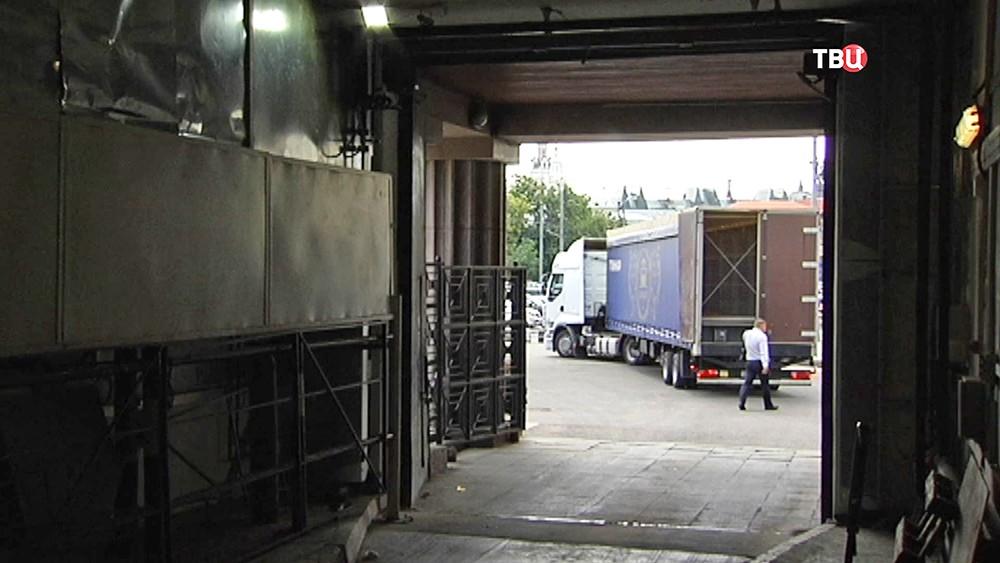 Заезд грузовиков с декорациями для Большого театра