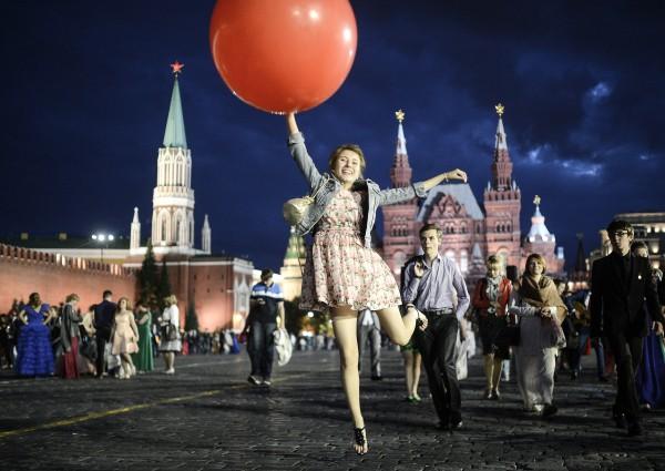Выпускники празднуют окончание школы на Красной площади в Москве