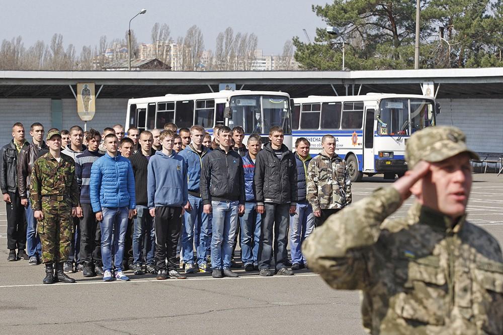 Призывники в украинскую армию на призывном пункте