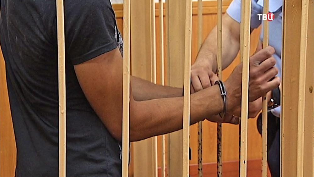 Наручники на задержанном