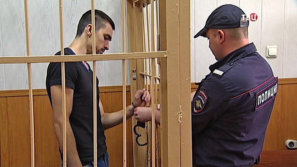 Задержанный мошенник в суде