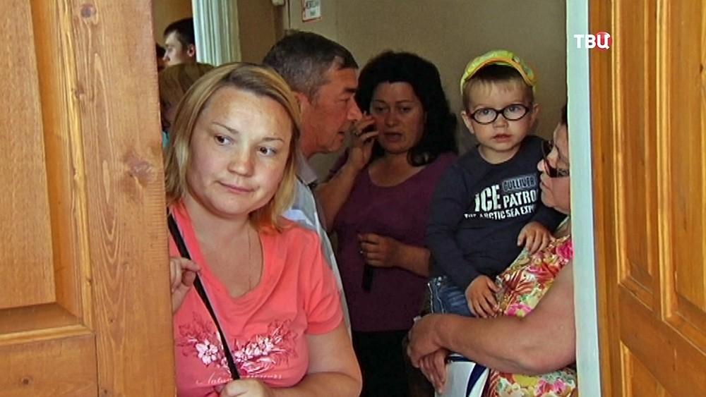 Родители в очереди за путевками в детский сад