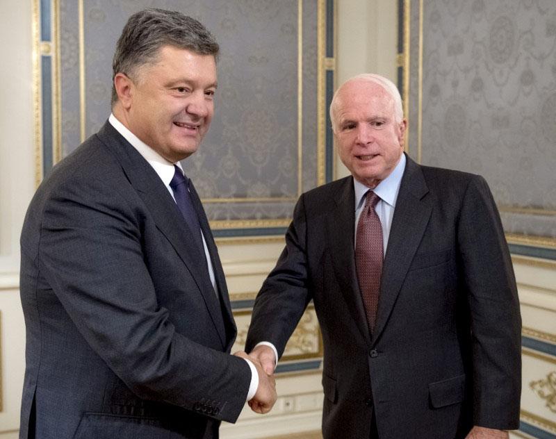 Президент Украины Пётр Порошенко и сенатор США Джон Маккейн