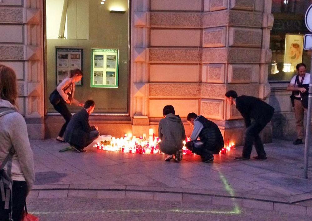 Люди почтили память жертв ДТП в Австрии