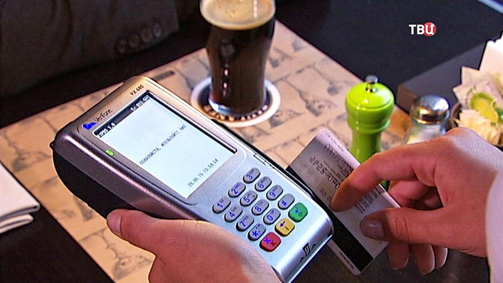 Оплата банковской картой в ресторане
