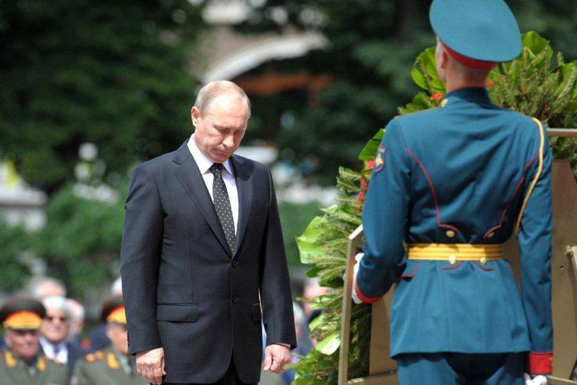 Владимир Путин возложил венок к Могиле Неизвестного солдата у Кремлёвской стены