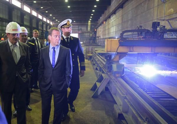Председатель правительства России Дмитрий Медведе во время посещения Онежского судостроительно-судоремонтного завода в Петрозаводске