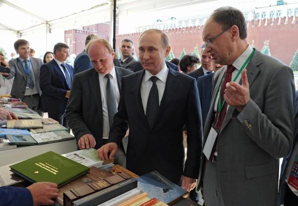 """Владимир Путин во время посещения фестиваля """"Книги России"""""""