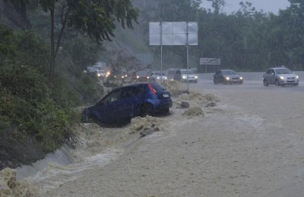 Автомобилисты на выезде из города Сочи во время ливня