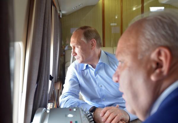 Президент России Владимир Путин и глава Республики Хакасия Виктор Зимин во время облета пострадавшей от пожаров территории Хакасии