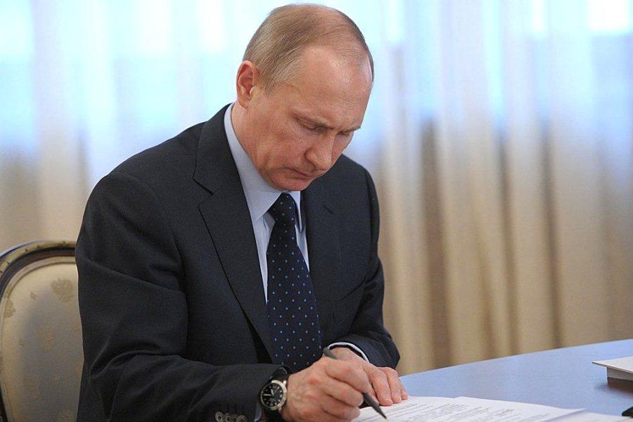 Президент Владимир Путин подписывает закон