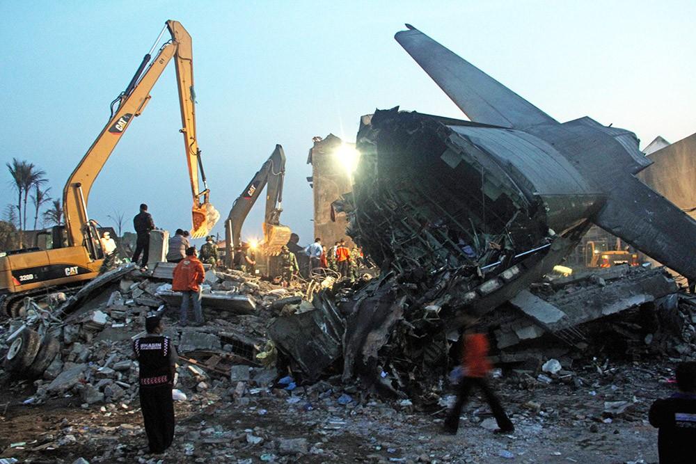Спасательная операция на месте крушения самолета в Индонезии