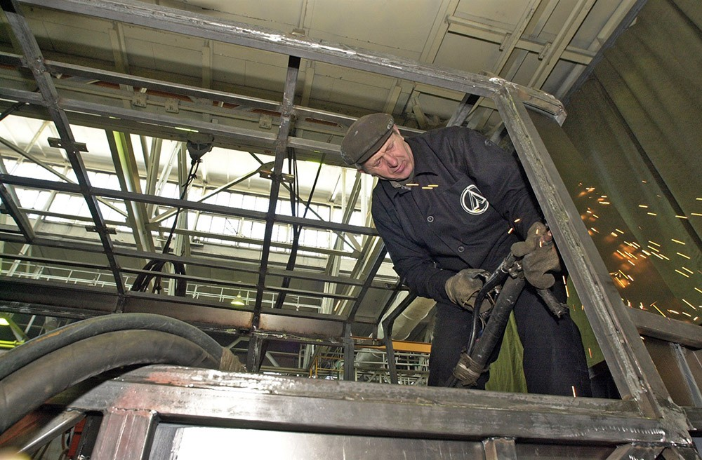 Рабочие украинского завода ЛАЗ