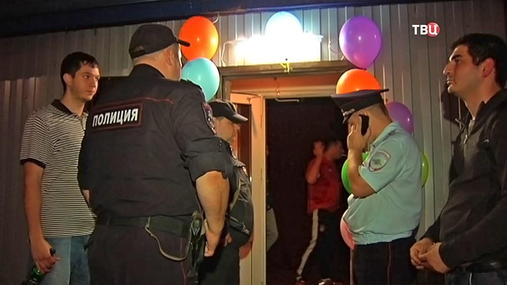 Полиция у входа подпольное казино