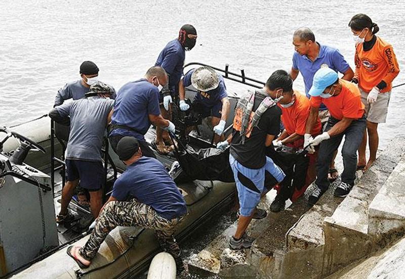Эвакуация тел жертв кораблекрушения на Филиппинах