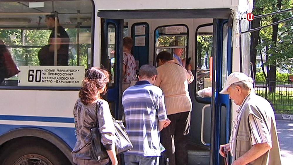 Пассажиры заходят в троллейбус