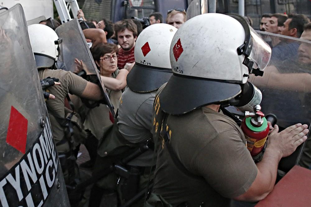 Полиция применила силу против митингующих в Греции