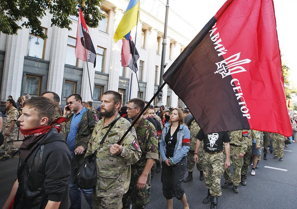 """Радикалы """"Правого сектора"""" маршируют в Киеве"""