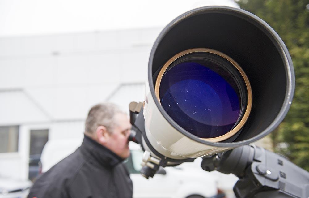 Астроном смотрит в телескоп