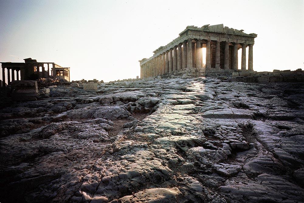 Древнегреческий храм на афинском Акрополе в Греции