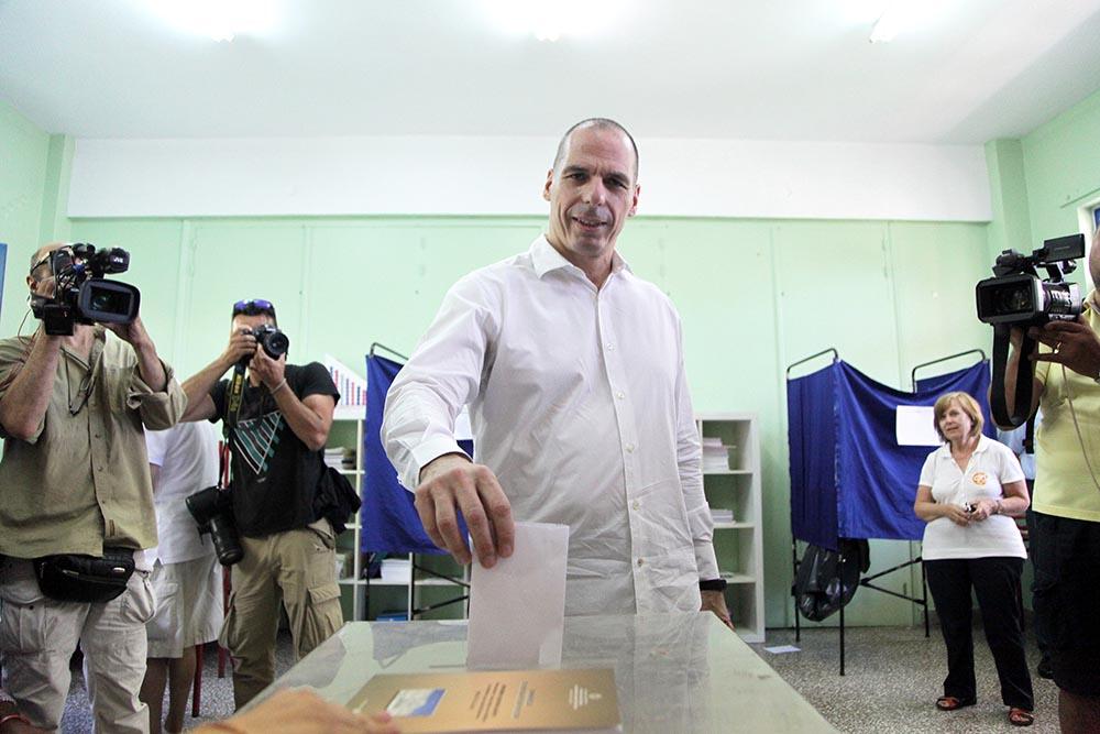 Министр финансов Греции Яннис Варуфакис голосует