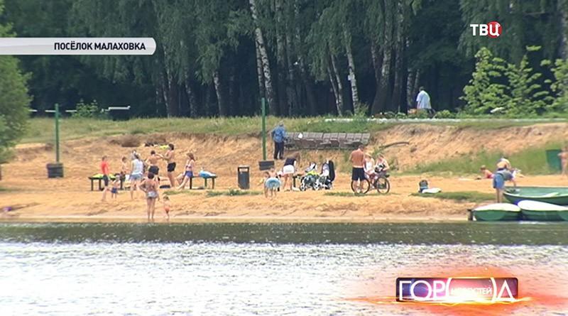 Жители Малаховки купаются в местном озере