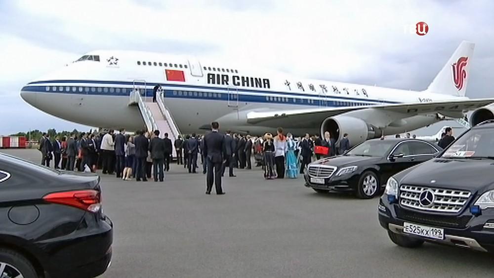 Самолет Председателя КНР Си Цзиньпина в международном аэропорту