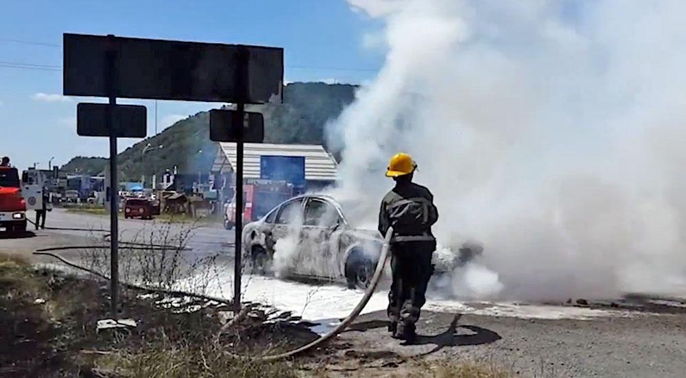 Пожарные в Мукачево тушет горящие машины