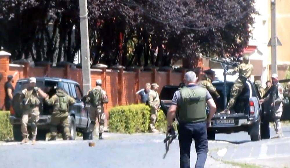 """Украинская милиция и бойцы """"Правого сектора"""" в Мукачево"""
