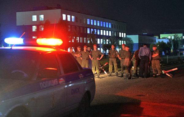 Полиция и военнослужащие на месте обрушения в здании казарм учебного центра ВДВ в Омске