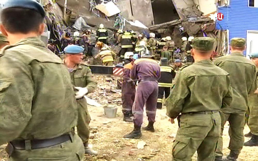 Разбор завалов на месте обрушения в здании казарм учебного центра ВДВ в Омске