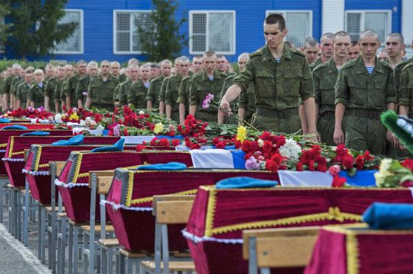 Военнослужащие на церемонии прощания с погибшими при обрушении казармы учебного центра ВДВ в Омской области
